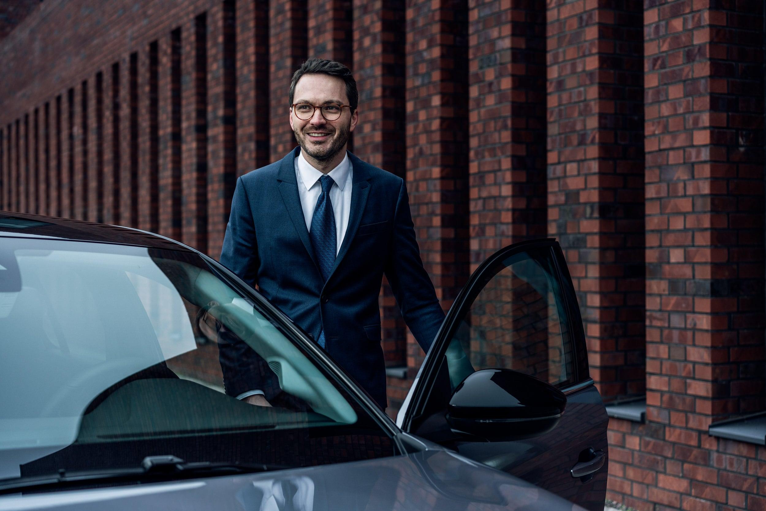 Phenix-Gründer Benedikt Stefan mit E-Auto